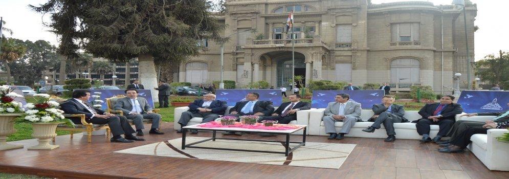 Ministre d'enseignement supérieur lors d'une réunion ouverte avec le président d' Ain Shams université et un certain nombre de personnel de corps enseignant